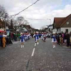 Maxi-Majoretten beim marschieren (Umzug Marbach)